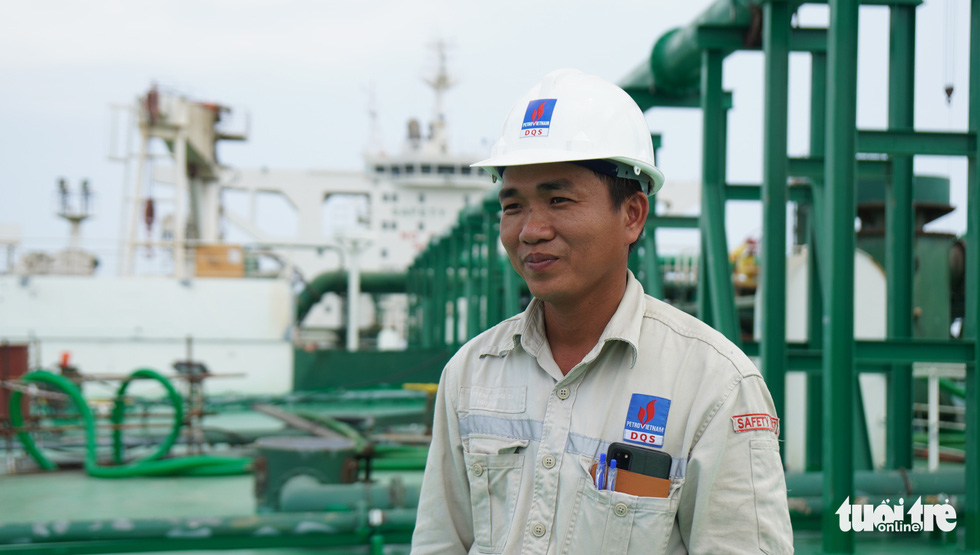 Nguyen Cong Thi, a young engineer in charge of commanding the tasks on the deck of Galilean 7. He is in charge of making assignments to more than 600 workers every day. Photo: Hoai Anh / Tuoi Tre