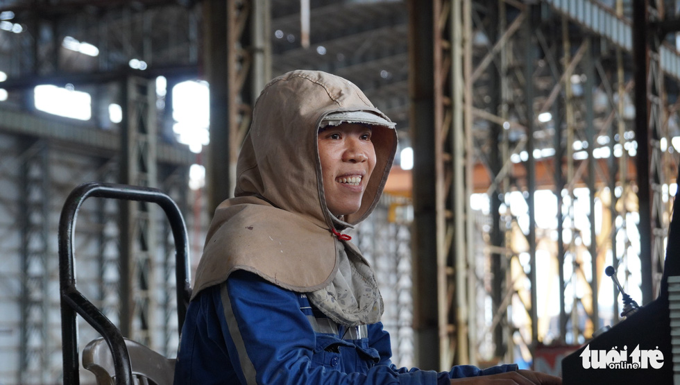 Nguyen Thi Thao, a female worker specializing in steel sheet cutting at the Dung Quat Shipyard, is satisfied with her current job that  properly sustains herself and her family. Photo: Hoai Anh / Tuoi Tre