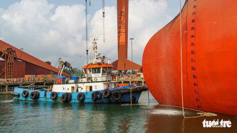 "It is required a tugboat (at the prow of Galilean 7), a push boat (at the stern) and six support boats (on the sides) to take the ""sea-floating oil storage tank"" offshore. Photo: Hoai Anh / Tuoi Tre"
