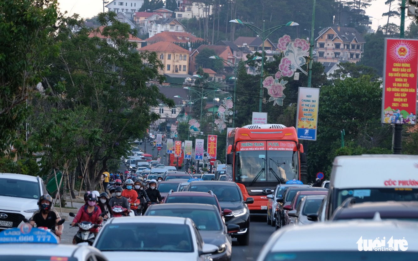 Nightmare traffic jam confines vacationers from Saigon to Da Lat 17 hours on vehicles