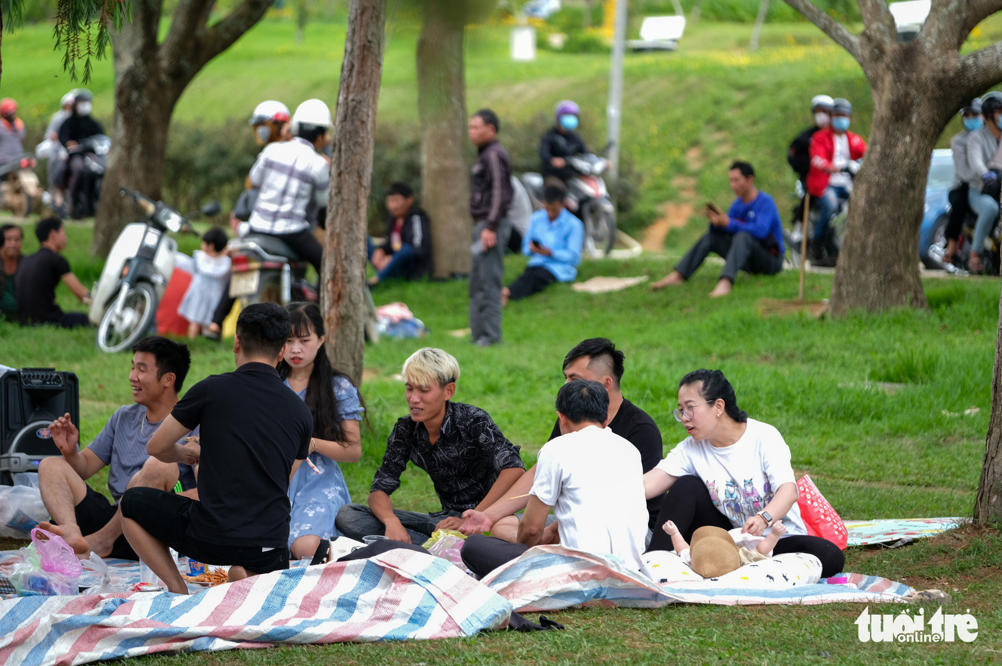 Visitors have a picnic by Xuan Huong Lake in Da Lat City, Vietnam, May 2, 2021. Photo: Duc Tho / Tuoi Tre