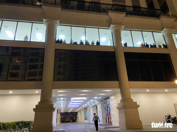 A group of putative illegals undergo screening on the third floor of Florence apartment building on 28 Tran Huu Duc Street, Nam Tu Liem District, Hanoi, May 2, 2021. Photo: Q.T. / Tuoi Tre