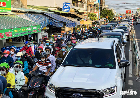 Ho Chi Minh City's gateways flooded with traffic as holiday-goers return