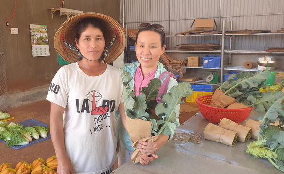 Vietnamese woman works to involve ethnic minority farmers in clean agriculture