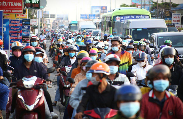 Despite an early return to Ho Chi Minh City, traffic congestion occurs on National Highway 1 on May 2, 2021. Photo: Nhat Thinh / Tuoi Tre