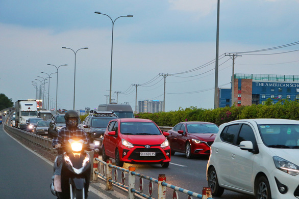 Vehicles are seen moving slowly on the Ho Chi Minh City - Long Thanh - Dau Giay Expressway at 6:15 pm on May 2, 2021. Photo: Hoang An / Tuoi Tre