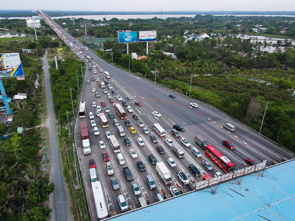 This image shows vehicles crowding the Long Phuoc Toll Collection Station in District 9, Ho Chi Minh City on May 2, 2021. Photo: T.T.D. / Tuoi Tre