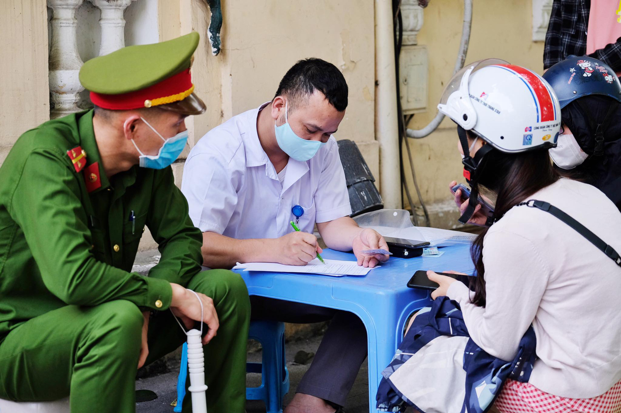 Hanoi fines 134 Vietnamese, foreigners for not wearing face masks in public
