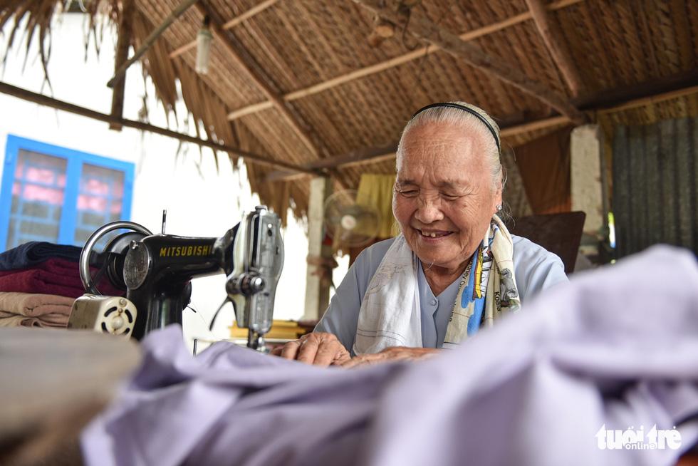Heart-warming blankets sewn by Vietnamese Grandma Tu