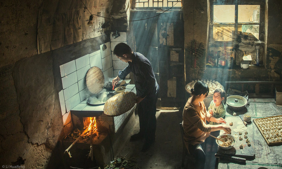'Taste' shows a young family preparing food in their home in Lichang, Shanxi, China. This photo won the Grand prize at Pink Lady Food Photographer of the Year 2021. Photo: Li Huaifeng.