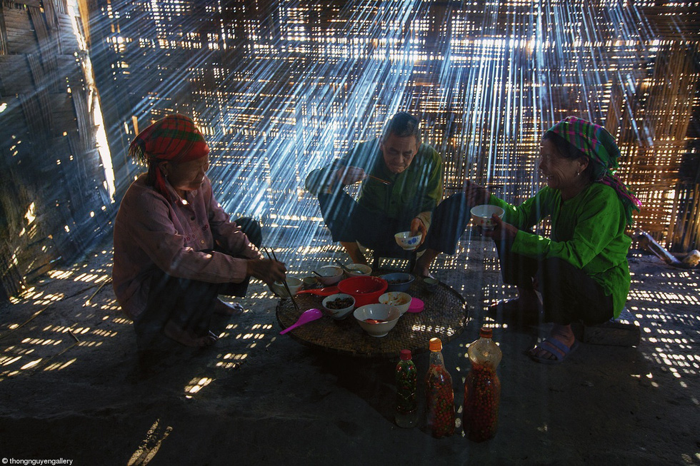 """Winter Breakfast"" shows locals in a mountainous area of northern Vietnam enjoying breakfast at home. This photo is part of the commended gallery at Pink Lady Food Photographer of the Year 2021. Photo: Nguyen Huu Thong."