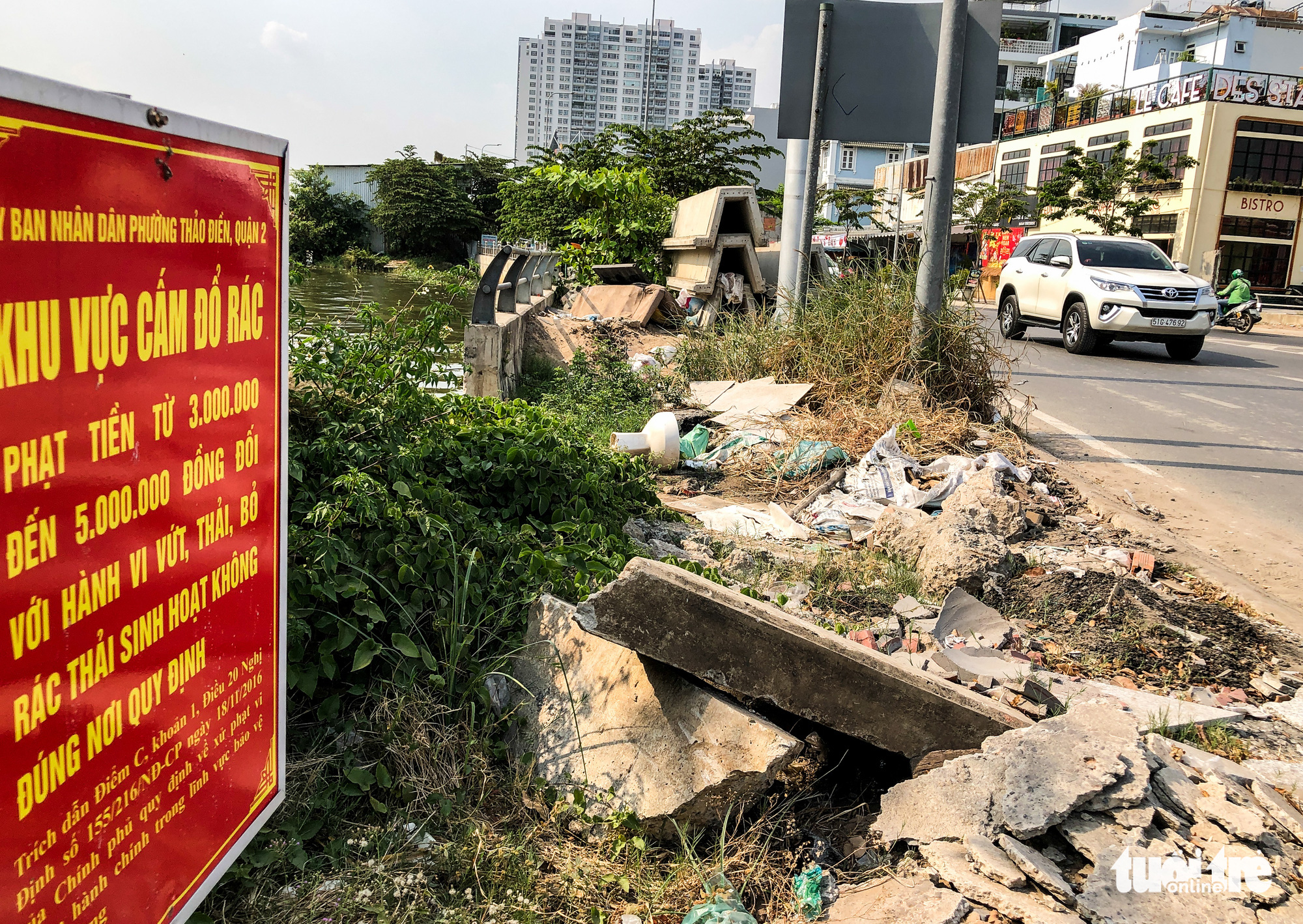 Construction waste is dumped next to a sign for banning dumping in Ho Chi Minh City. Photo: Kim Ut / Tuoi Tre