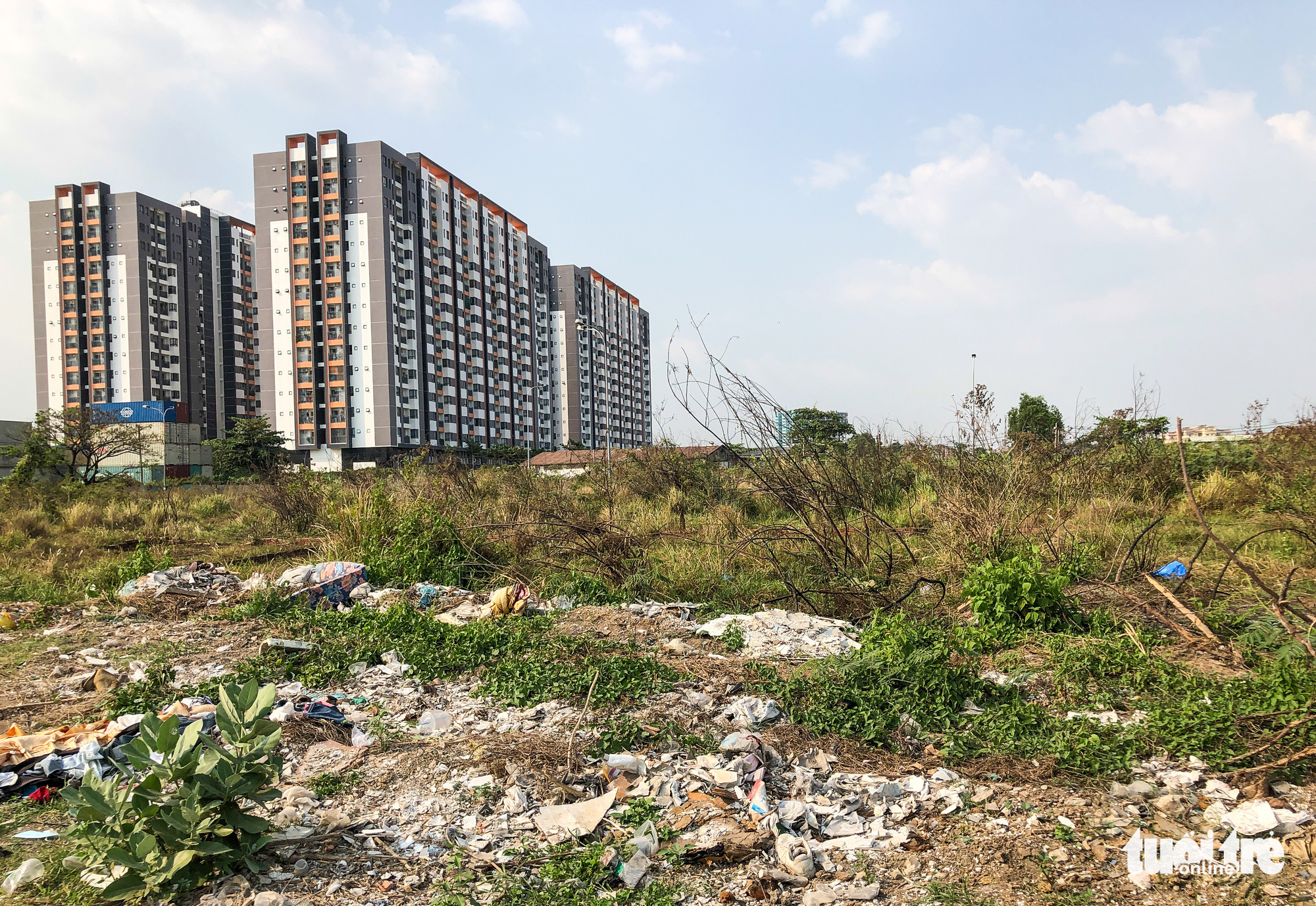 Construction waste is dumped on vacant land plots in Thu Duc City. Photo: Chau Tuan / Tuoi Tre