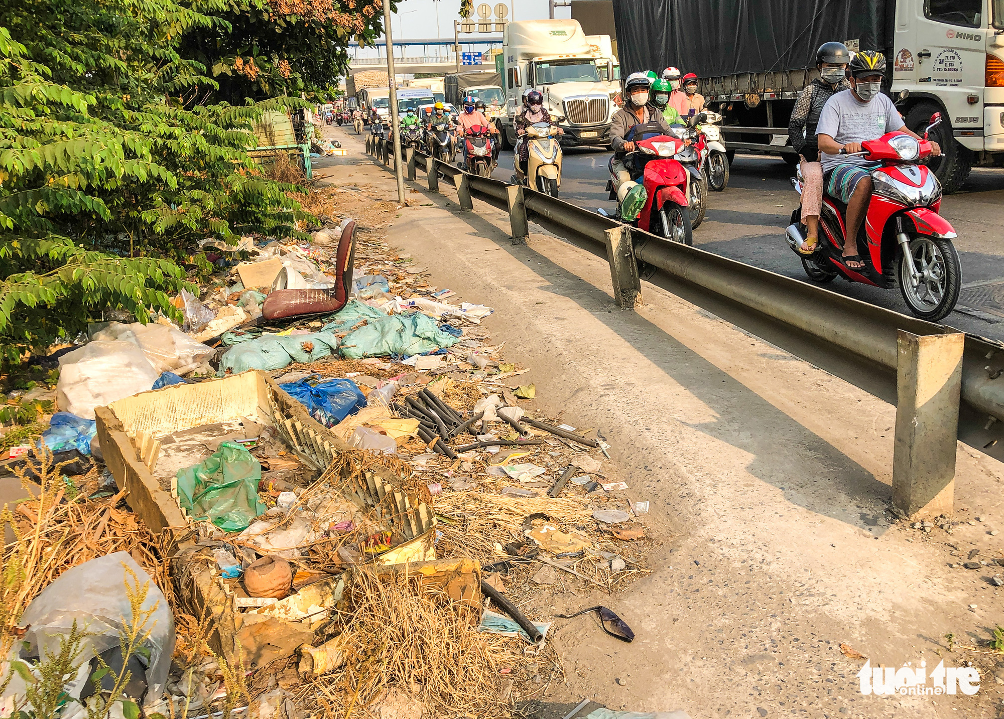 Trash is dumped on the sidewalk of National Highway 1 in District 12, Ho Chi Minh City. Photo: Kim Ut / Tuoi Tre