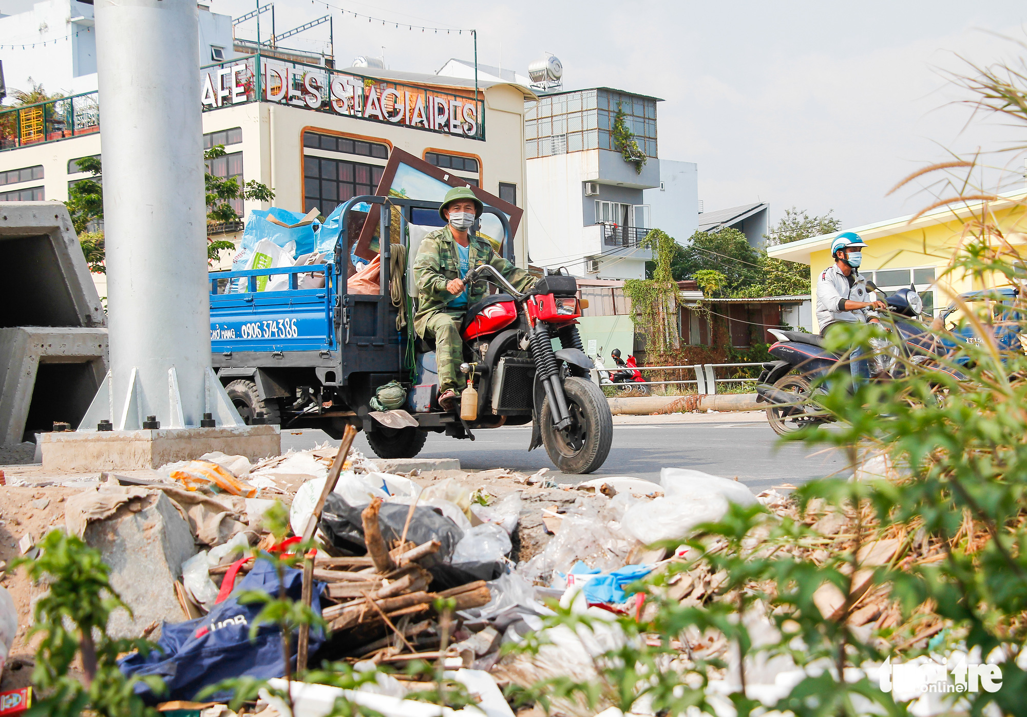 Trash is dumped on the sidewalk of a street in Ho Chi Minh City. Photo: Chau Tuan / Tuoi Tre