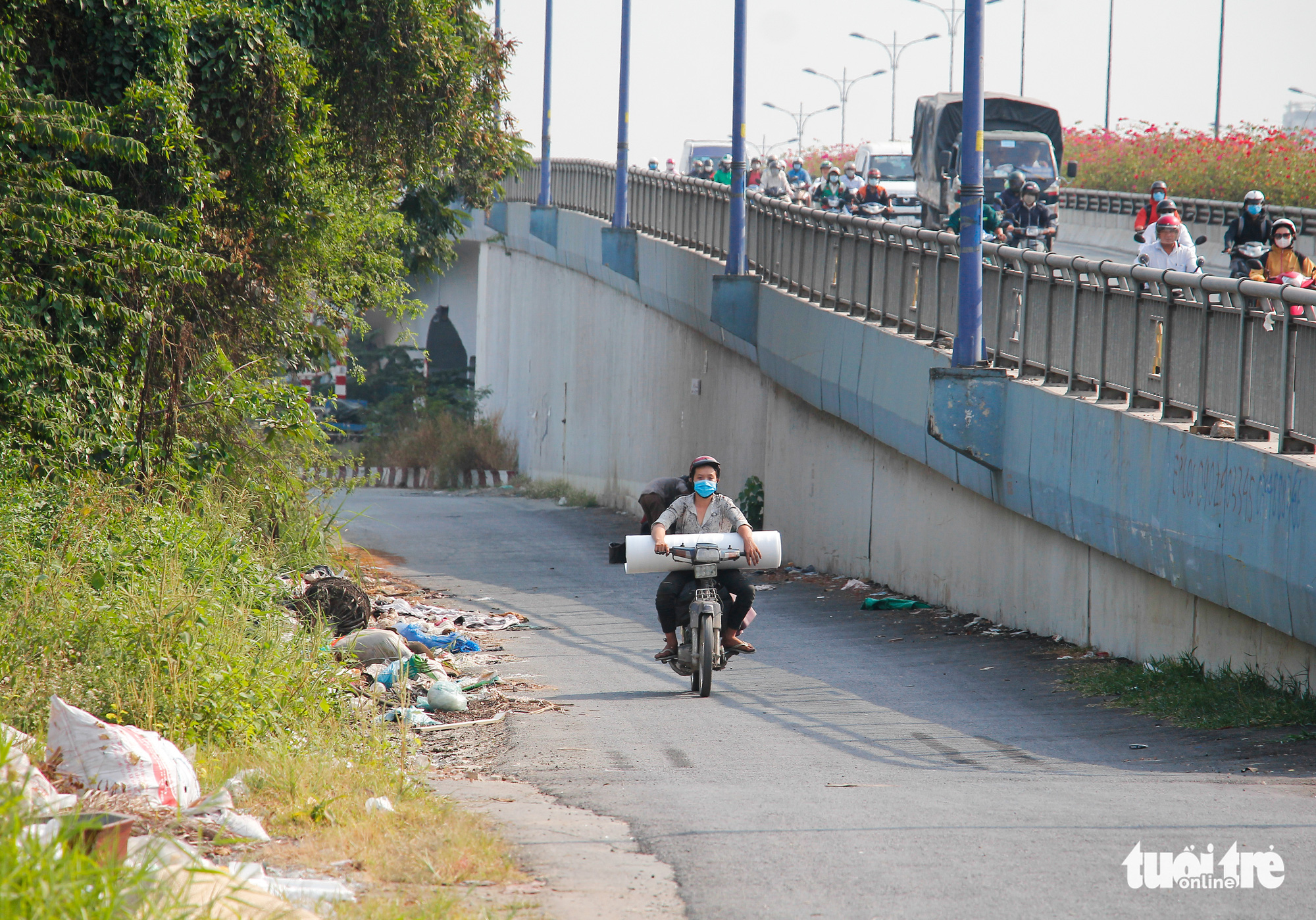 Trash is dumped at the foot of the Rach Chiec Bridge in Thu Duc City. Photo: Kim Ut / Tuoi Tre