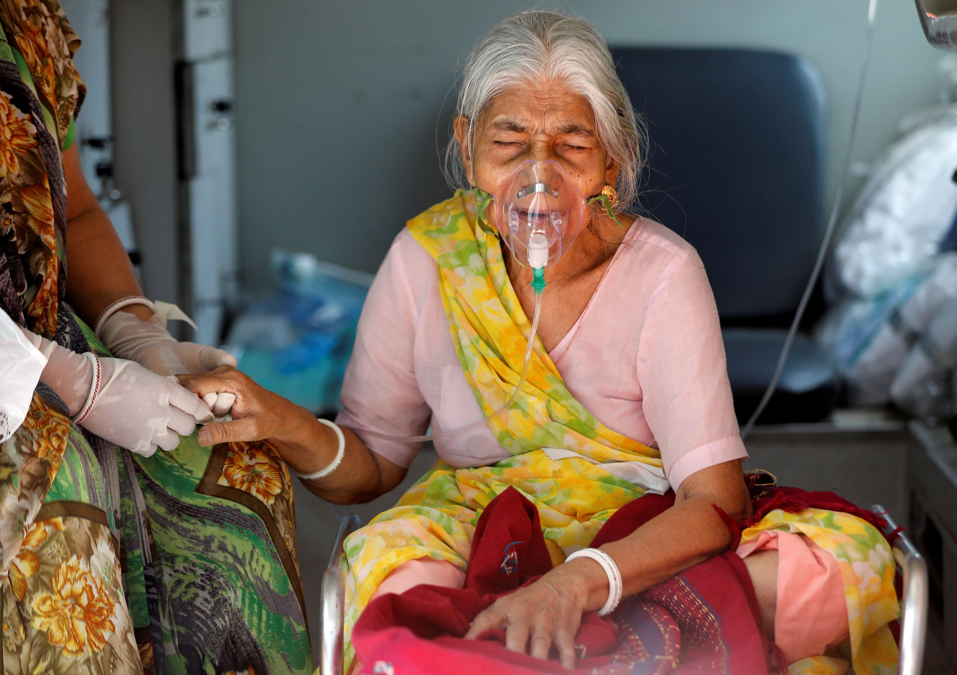 Lilaben Gautambhai Modi, 80, wearing an oxygen mask, sits inside an ambulance as she waits to enter a COVID-19 hospital for treatment, amidst the spread of the coronavirus disease (COVID-19), in Ahmedabad, India, May 5, 2021. Photo: Reuters