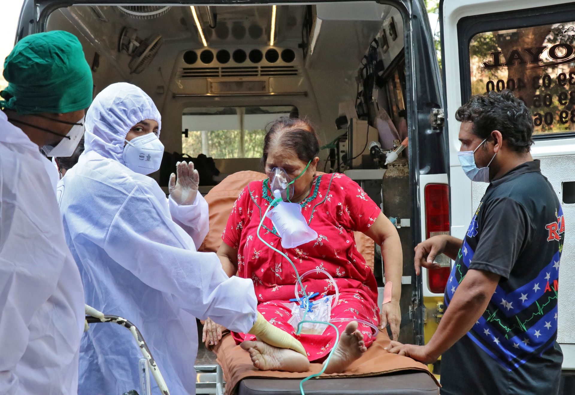 Healthcare workers and relatives carry a woman from an ambulance for treatment at a COVID-19 care facility, amidst the spread of the coronavirus disease (COVID-19) in Mumbai, India, May 4, 2021. Photo: Reuters