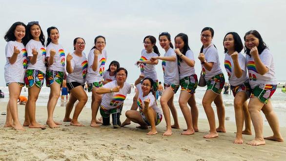 Hoan (center) amongst her friends. Photo: Le Van / Tuoi Tre