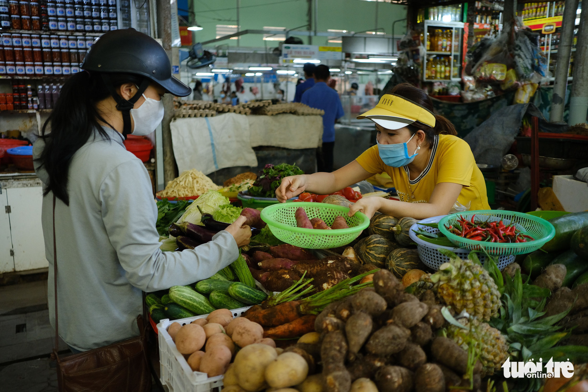 A woman buys vegetable from a stall at Dong Da Market in Da Nang City, Vietnam. Photo: Tan Luc / Tuoi Tre
