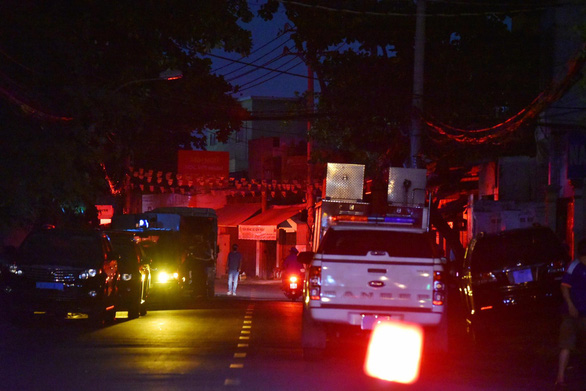 Vehicles of agencies concerned are seen outside the fire area. Photo: Ngoc Phuong / Tuoi Tre