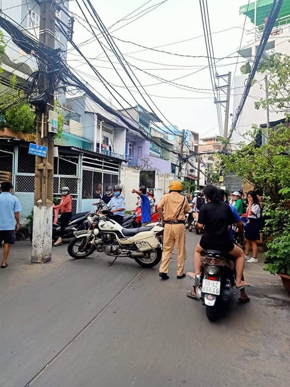 A traffic police officer regulates traffic in the alley where the fire occurs. Photo: M.H. / Tuoi  Tre
