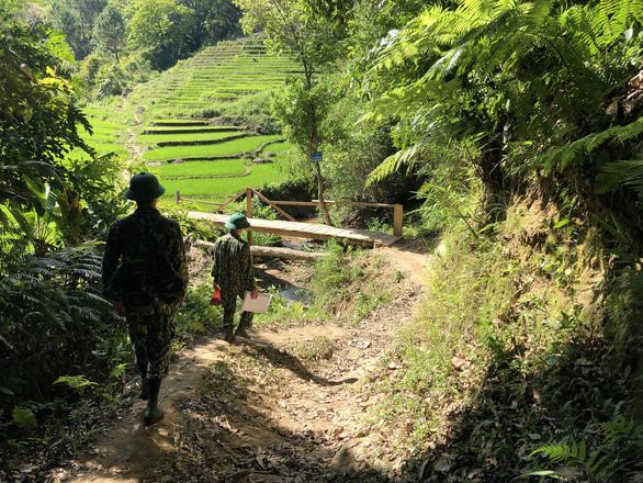 Border guards intercept Vietnamese border jumpers from Laos
