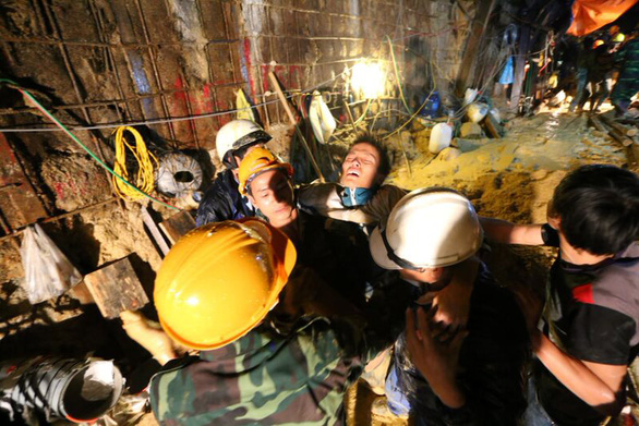 A miner is taken out of the collapsed tunnel in the late 2014 Da Dang hydropower station incident. – Tuoi Tre file photo