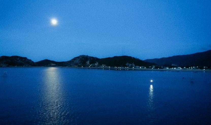 A full moon rises over the ocean in Phu Yen Province, Vietnam. Photo: Dao Kim Trang / Tuoi Tre