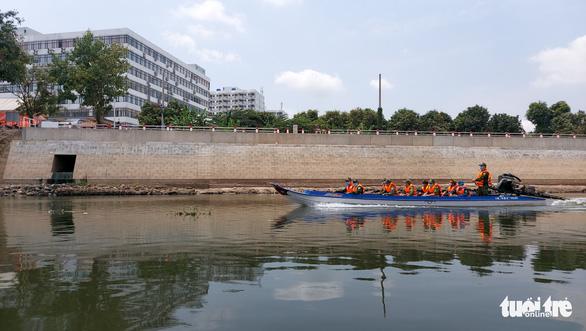 Vietnamese citizens swim through river to illegally cross Vietnam-Cambodia border