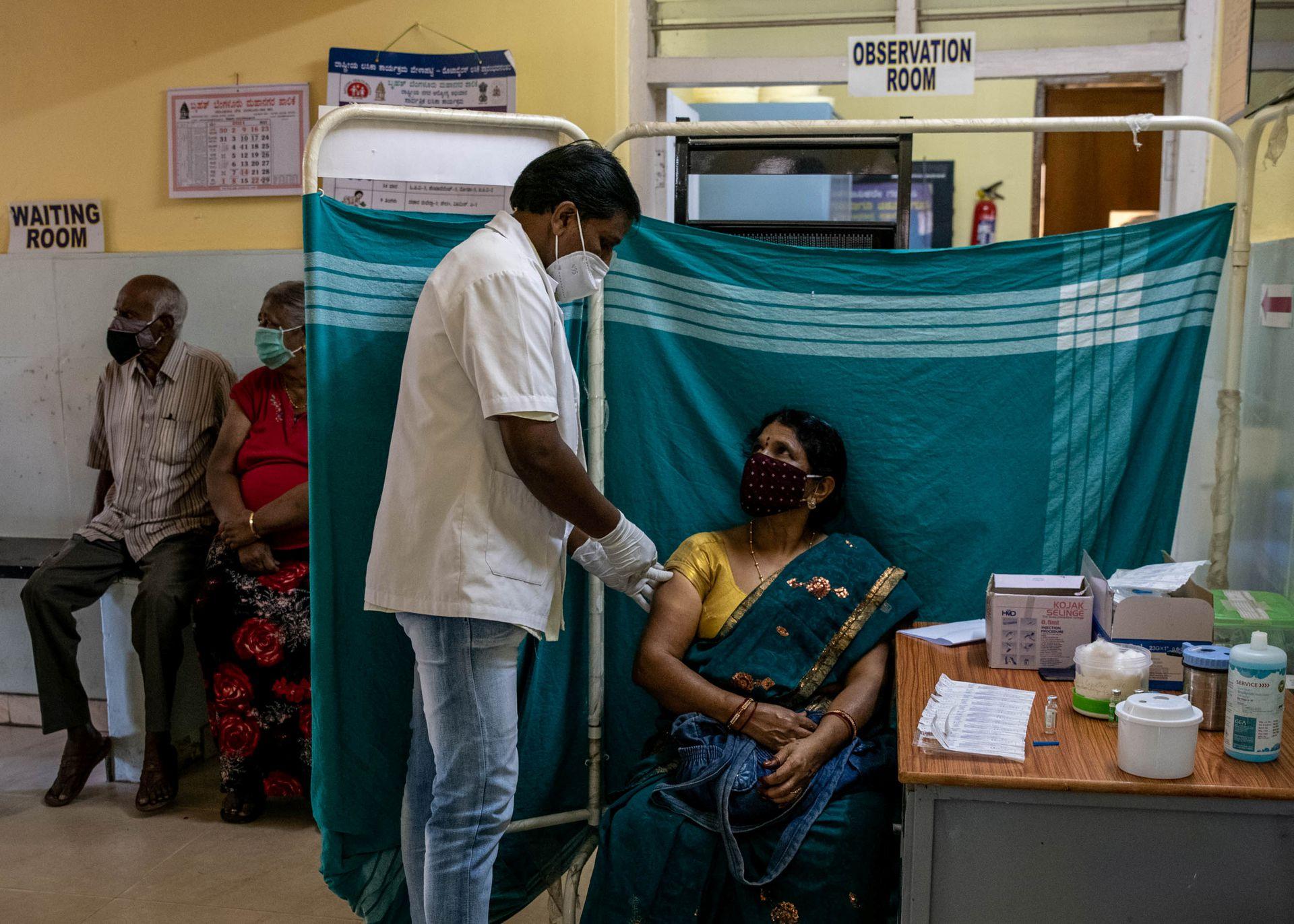 Minakshamma, 68, receives a dose of COVISHIELD, a coronavirus disease (COVID-19) vaccine manufactured by Serum Institute of India, at a vaccination centre in Bengaluru, May 13, 2021. Photo: Reuters