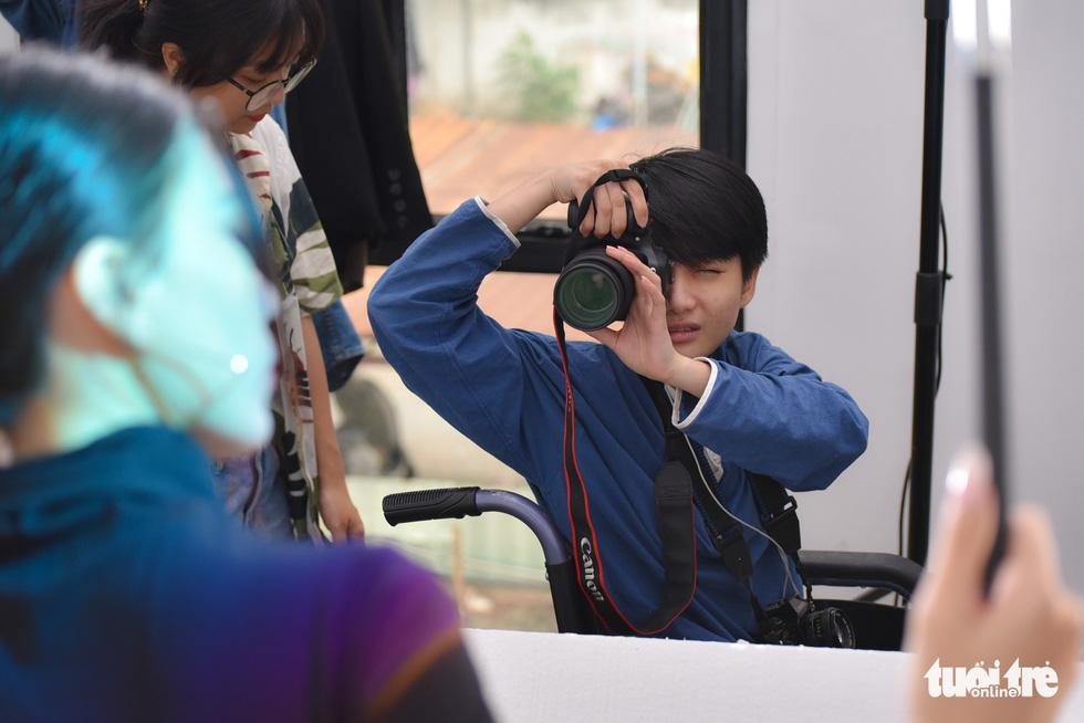 Le Phuong Uyen takes photos for a customer. Photo: Ngoc Phuong / Tuoi Tre