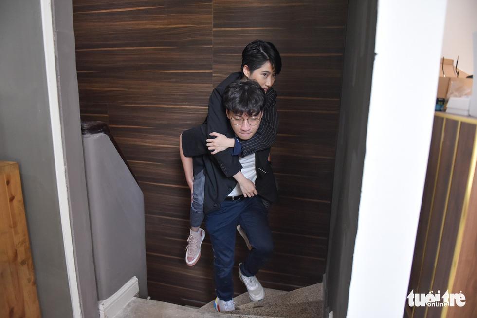Tran Minh Phuong carries Le Phuong Uyen to the studio, where Uyen takes photos at the weekends. Photo: Ngoc Phuong / Tuoi Tre