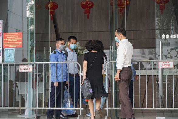 This image shows the closure of the Center Point building in Hanoi, where the Hacinco director, Nguyen Van Thanh, and his wife reside. Photo: Tu Van / Tuoi Tre