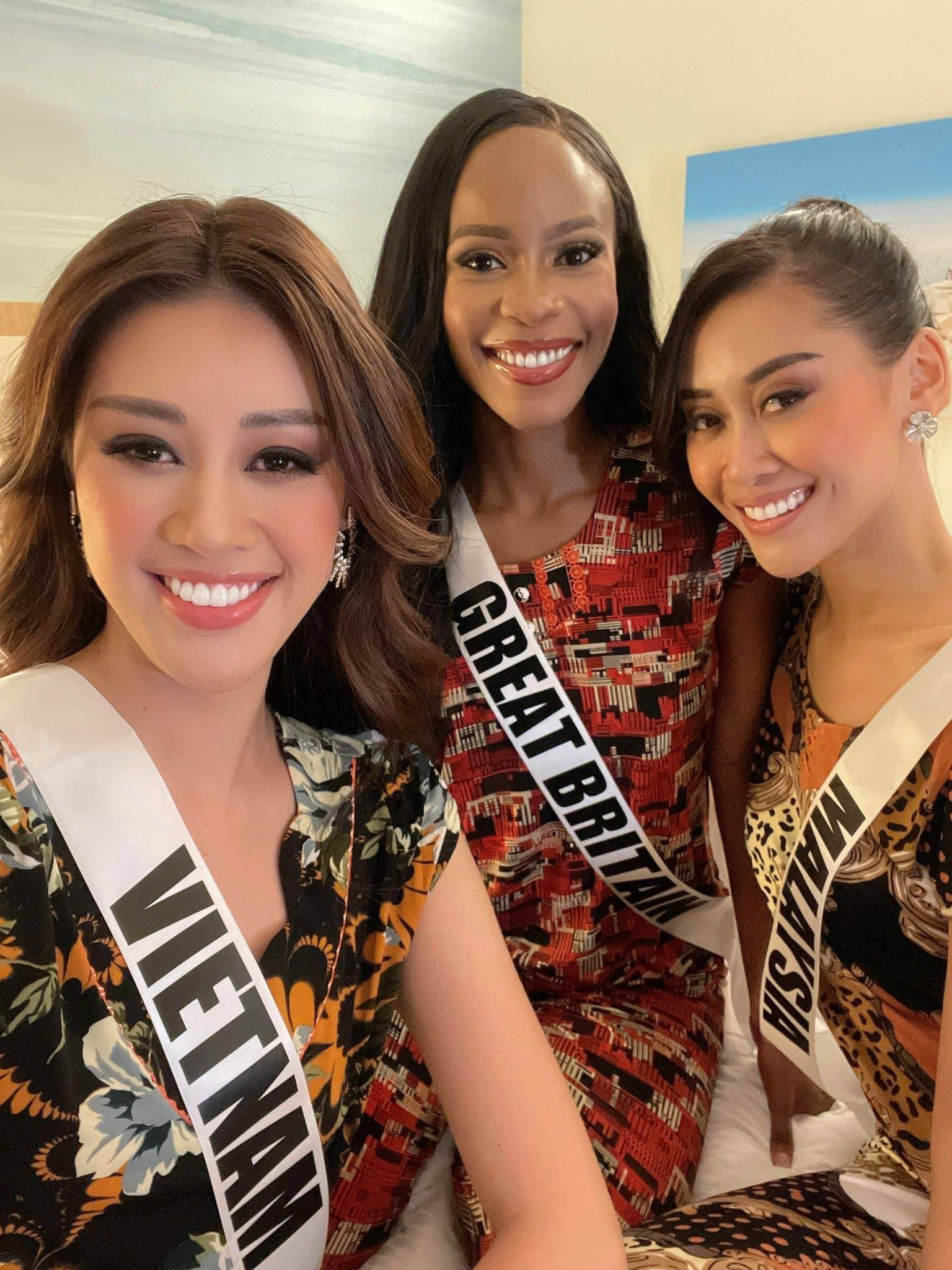 A photo captures Miss Universe Vietnam, Miss Universe Malaysia and Miss Universes Great Britain in Vietnamese women' pajamas while teh trio enjoy a moment together at Miss Universe 2020. Photo: Instagram @khanhvannguyen25