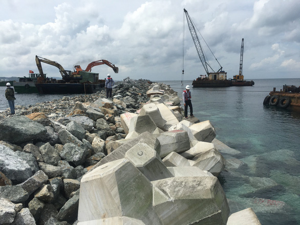 Workers build the breakwater of Phu Quoc International Passenger Port in Phu Quoc City, Kien Giang Province, Vietnam. Photo: Viet Dung / Tuoi Tre