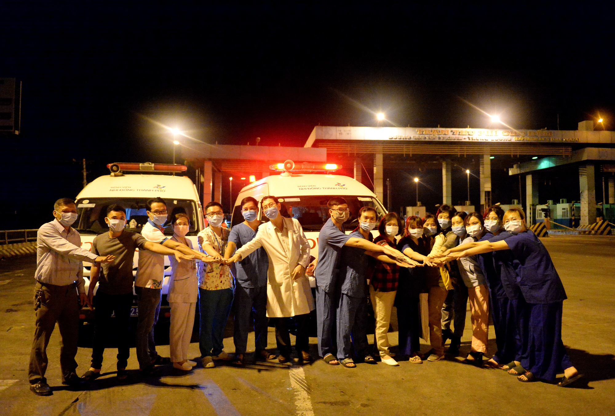 Health workers are on duty at a COVID-19 checkpoint in Ho Chi Minh City. Photo: Tu Trung / Tuoi Tre