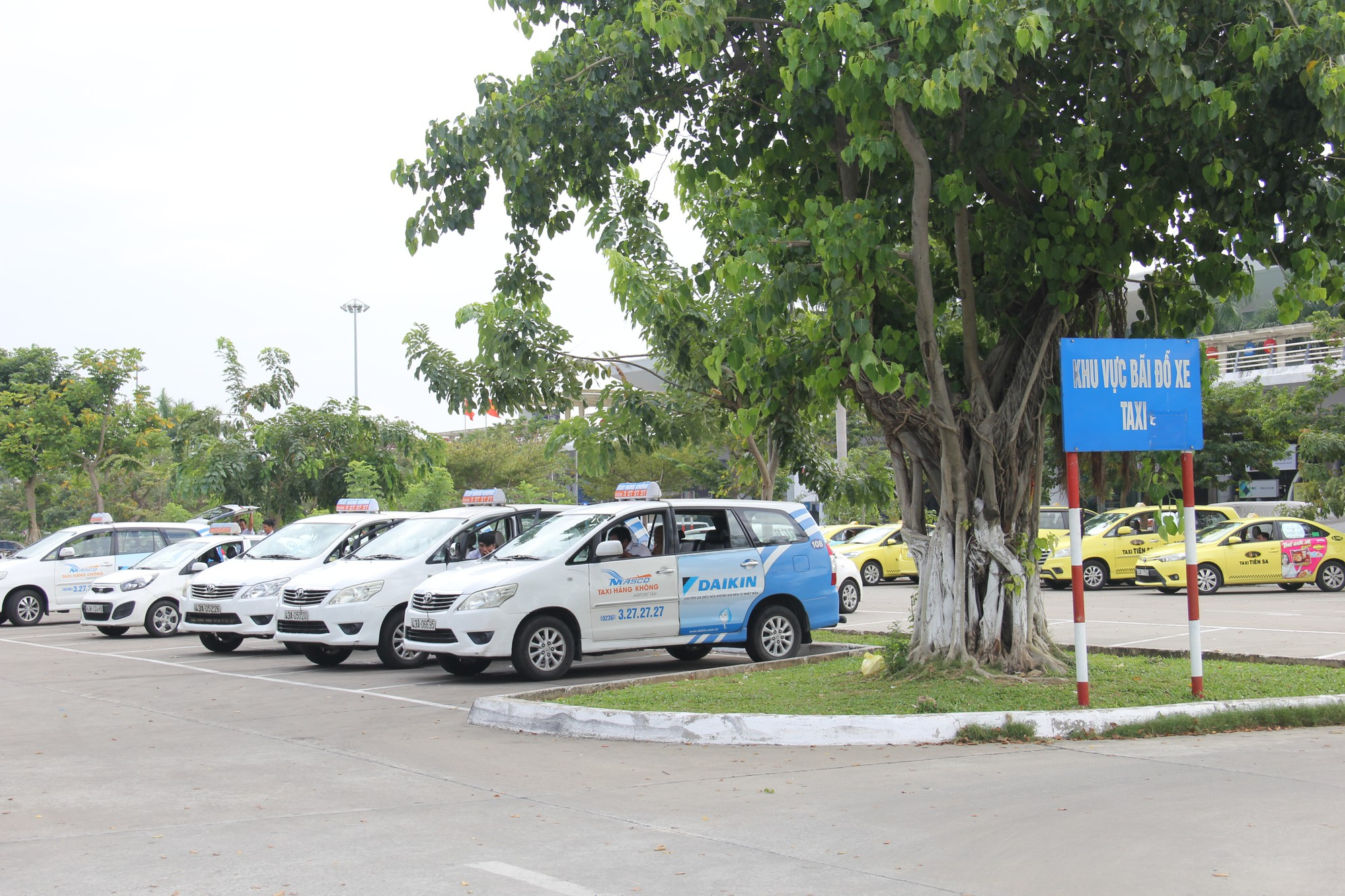 Driver's COVID-19 infection halts taxi, ride-hailing, delivery services in Da Nang