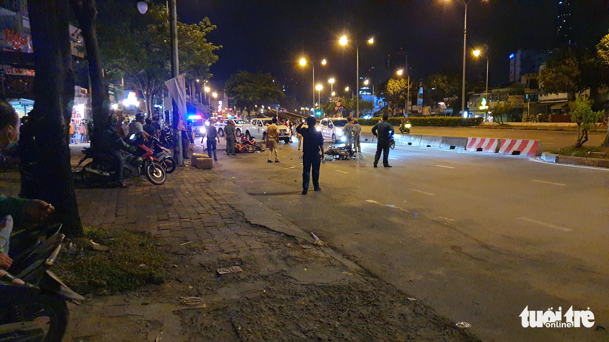 Police officers examine the crash site on Dien Bien Phu Street in Binh Thanh District, Ho Chi Minh City, May 16, 2021. Photo: Minh Hoa / Tuoi Tre