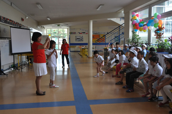 """Overseas Vietnamese children learn how to spell Vietnamese words at the """"Play with Vietnamese"""" summer camp in Warszawa, Poland. – Photo courtesy of Nguyen Thuy Anh"""