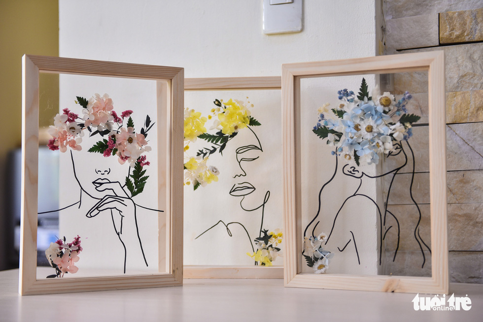 Works using flowers and leaves combining with line art are suitable for home decoration. – Photo: Ngoc Phuong/Tuoi Tre