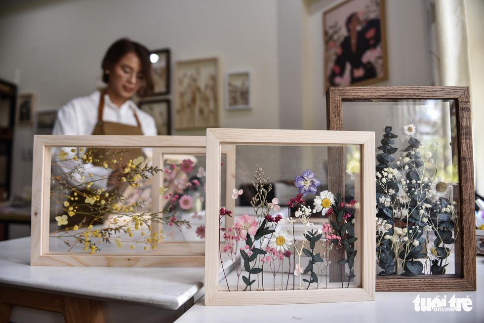 Small pressed flower frames made by Tran Thi Phuong Trinh. – Photo: Ngoc Phuong/Tuoi Tre