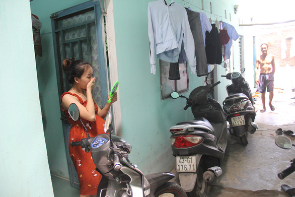 Workers living in rented rooms behind Hoa Cam Industrial Zone are choosing to stay home on their days off amid the fourth wave of the COVID-19 pandemic in Vietnam. Photo: Truong Trung/Tuoi Tre