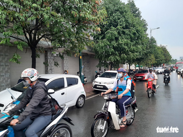 Cars pull over to the side of the road to avoid congestion ahead in Thu Duc City, Ho Chi Minh City, Vietnam on May 19, 2021. Photo: Ngoc Ha / Tuoi Tre