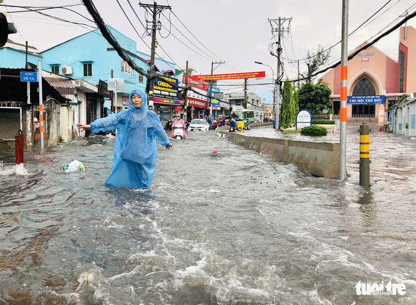 To Ngoc Van Street in Thu Duc City, Ho Chi Minh City, Vietnam are inundated on May 19, 2021. Photo: Chau Tuan / Tuoi Tre