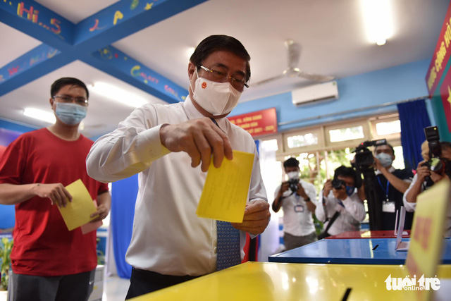 Ho Chi Minh City Chairman Nguyen Thanh Phong casts his vote on May 23, 2021. Photo: Ngoc Phuong / Tuoi Tre
