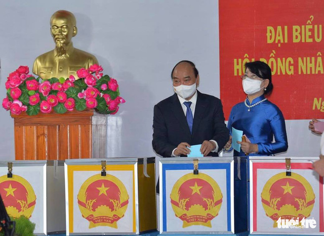 State President Nguyen Xuan Phuc casts his vote during the elections of deputies to Vietnam's 15th National Assembly and members to people's councils at all levels, May 23, 2021. Photo: Tu Trung / Tuoi Tre