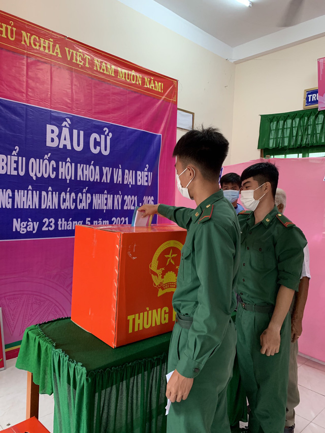 Border guard officers cast their votes in Dong Thap Province, Vietnam, May 23, 2021. Photo: Canh Hoc / Tuoi Tre