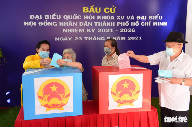Elderly residents cast their votes in Phu Nhuan District, Ho Chi Minh City, May 23, 2021. Photo: Quang Dinh / Tuoi Tre