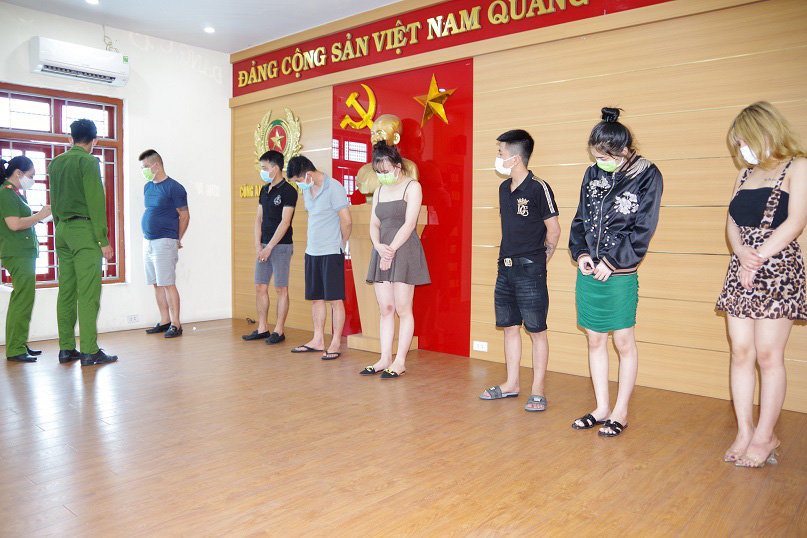 Karaoke shop creates back entrance to service customers against COVID-19 ban in northern Vietnam